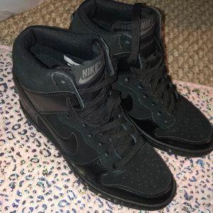 Nike sky hi wedge sneakers 🖤